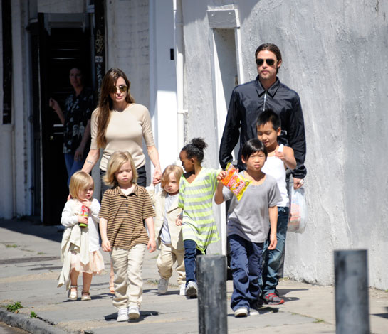 Angelina Jolie és Brad Pitt a gyerekekkel
