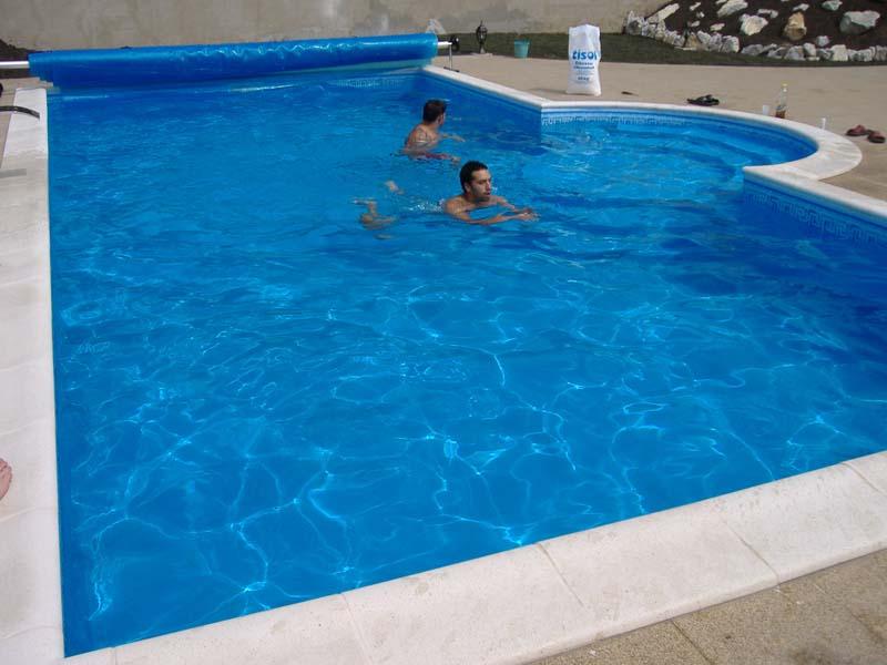 A medence tartása nagyon jól jön a nyári, forró kánikulákban (fotó: www.azuszodatechnika.hu)